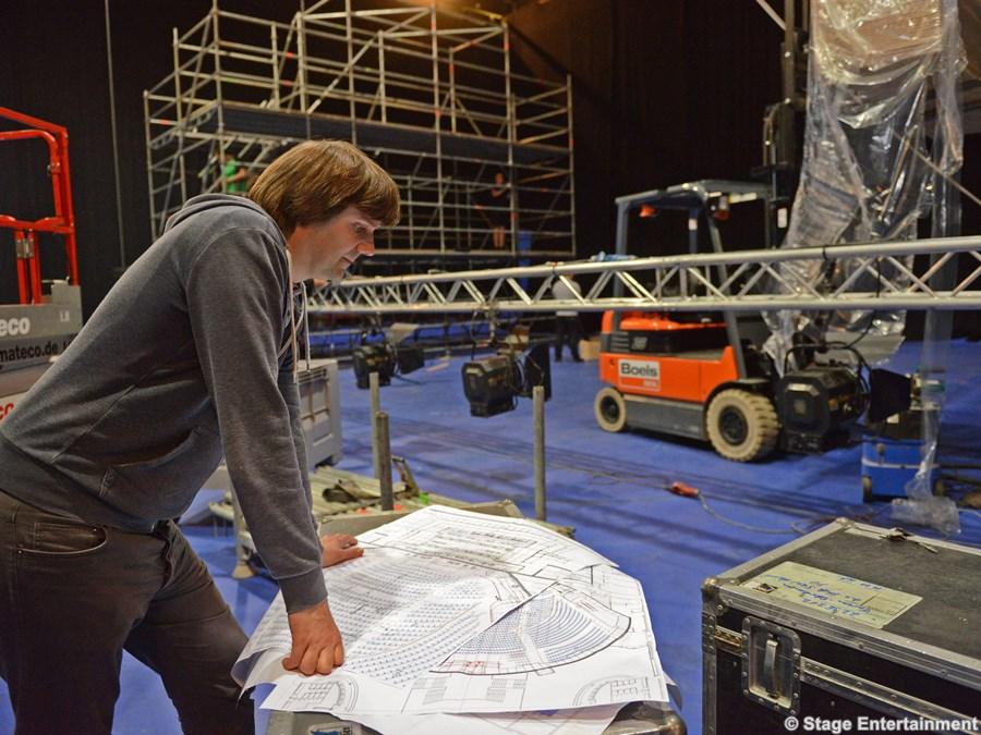 Bei Technical Supervisor Clemens Weißenburger laufen alle Fäden zusammen. Am 6. November ist Premiere von Disneys Musical TARZAN im Stage Metronom Theater in Oberhausen.