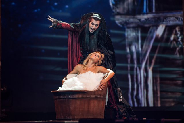 Drew Sarich als Graf von Krolock aus dem Tanz der Vampire und Helene Fischer.