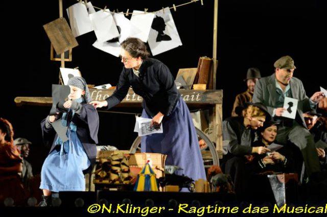 Kristina Sofia Katsagiorgis (Mädchen), Sonja Tièschky (Emma Goldman), Randy Diamond (Tateh) und Opernchor