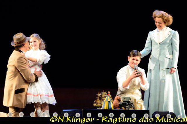 Randy Diamond (Tateh), Pauline Roppel (Mädchen), Stavros Katsagiorgis (Junge) und Monika Staszak (Mutter)