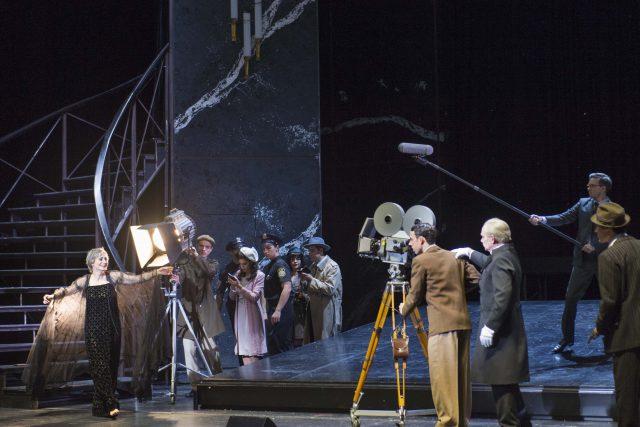 SUNSET BOULEVARD - MUSICAL VON ANDREW LLOYD WEBBER MUSIKALISCHE LEITUNG: Daniel Johannes Mayr / INSZENIERUNG: Gil Mehmert / BÜHNE und KOSTÜME: Heike Meixner / CHOREOGRAPHIE: Melissa King / CHOREINSTUDIERUNG: Marco Medved / LICHT: Thomas Roscher Premiere am 21. September 2017, Opernhaus