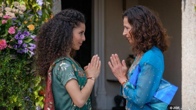 Anjali (Patricia Meeden, l.) ahnt, warum ihre Mutter Gita (Sima Bürgin, r.) aus Indien angereist ist.
