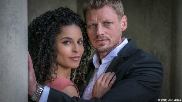 """Anjali (Patricia Meeden) und Riley (Martin Gruber) in """"Rosamunde Pilcher: Das Gespenst von Cassley""""."""