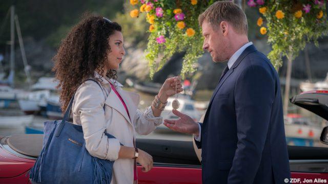 Anjali (Patricia Meeden) erklärt Riley (Martin Gruber) ihre Situation und hofft auf sein Verständnis.