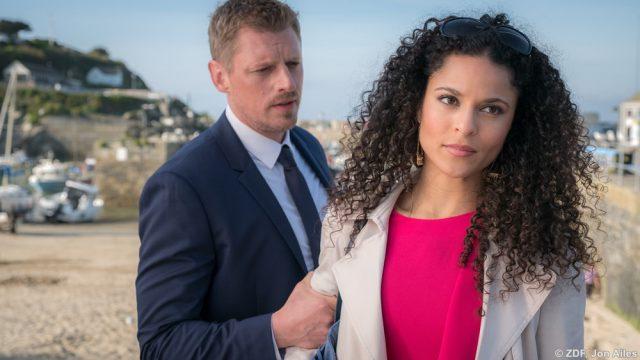 Riley (Martin Gruber) hat eine Vermutung, wer hinter den merkwürdigen Vorkommnissen im Schloss steckt und konfrontiert Anjali (Patricia Meeden) damit.