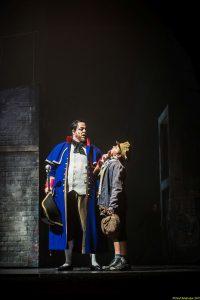Mr. Bumble bringt Oliver zum Bestattungsunternehmer, an den er verkauft wird Copyright: Olaf Malzahn