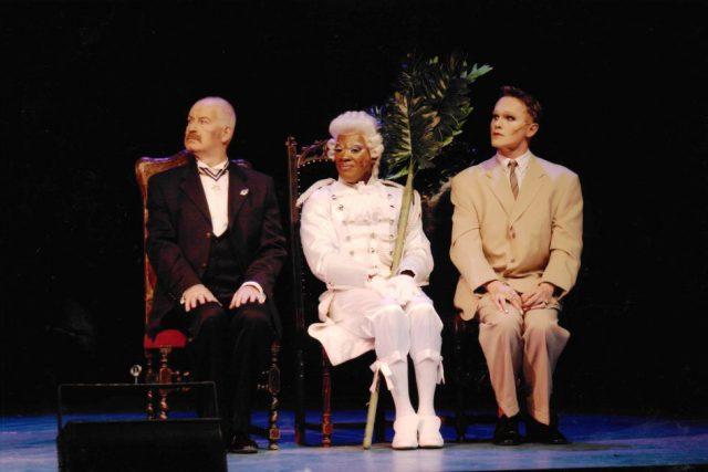 v. li. n. re. Klaus Geber als George, Brian Garner als Jacob und Jon Geoffrey Goldsworthy als Zaza (c) Theater Pforzheim 2003