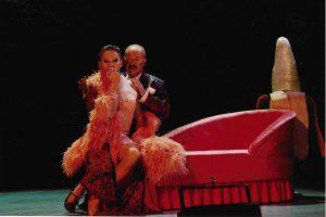 Klaus Geber als George und Jon Geoffrey Goldsworthy als Zaza (c) (C) Sabine Haymann,Theater Pforzheim 2003