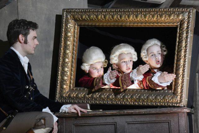 Daniel Jenz (Tamino) und die Solisten der Chorakademie Dortmund (drei Knaben)