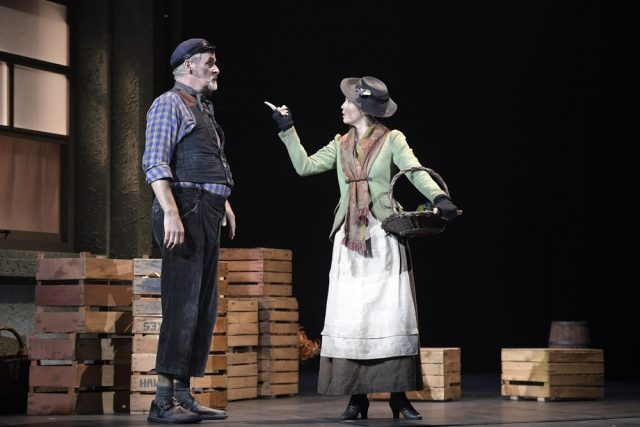 Alfred P. Doolittle (Dirk Audehm) & Eliza Doolittle (Theresa Christahl) © Bettina Stöß