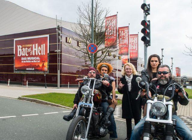 Höllisch gute Ampel zeigt den Weg ins Musical Masengu Kanyinda (Zahara, links), Bürgermeisterin Elia Albrecht-Mainz und Sarah Kornfeld (Raven), auf den Harleys: Thilo Pasch (links) und Jörg Backhaus