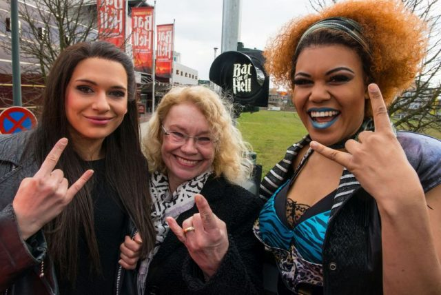 Höllisch gute Ampel zeigt den Weg ins Musical Sarah Kornfeld (Raven, links), Bürgermeisterin Elia Albrecht-Mainz und Masengu Kaniyinda (Zahara)