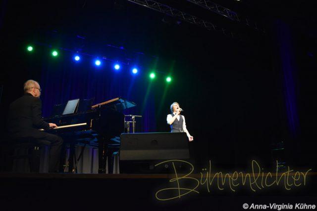 "Tom Ringat mit seinem Solo-Song ""Come Alive"", begleitet am Klavier von Michael Ashton."